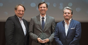 Christian Bové, Manager Barcelona, collecting the Innovative Shorex Award